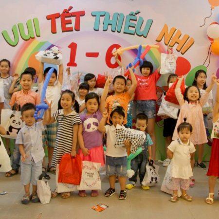 Các thành viên nhí Việt Tín náo nức nhận quà nhân ngày Quốc tế thiếu nhi